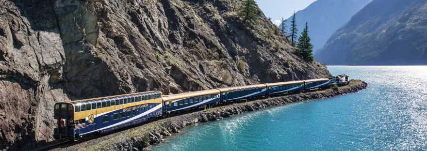 rocky mountaineer train travelling throughthe canadian rockies